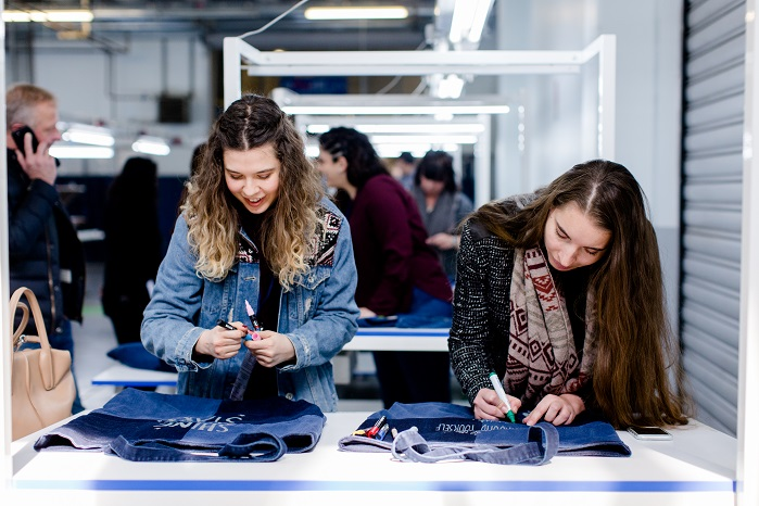 On the second day a workshop allowed visitors to get their hands on denim. © ISKO