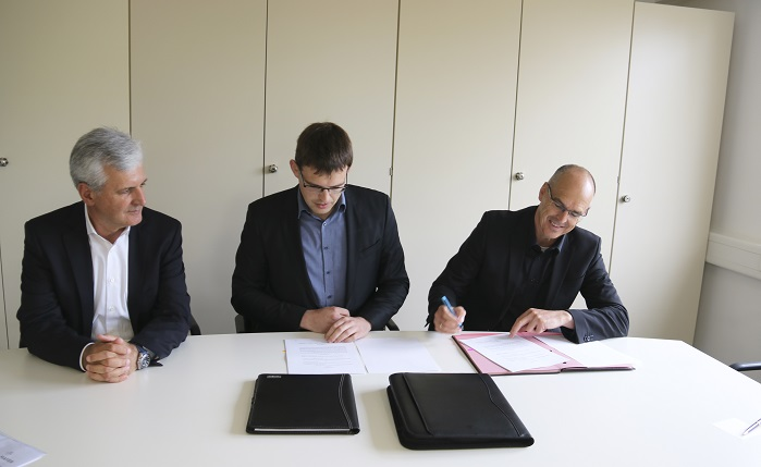 From right to left: Bernd Stoll, the CEO of the bs Group, signing the contract for the takeover of the ISO unit, Christopher Stoll from the Sales Division of the bs Group and Manfred Reinhold, a member of Management at Karl Mayer. © Karl Mayer