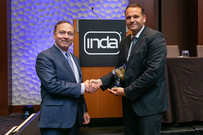 Helmut Lauterbach, Kelheim Fibres, receives the WoW Innovation Award from INDA President Dave Rousse. © INDA