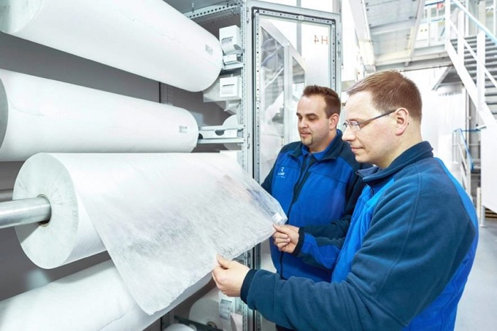 Reicofil experts inspect nonwoven quality in Reifenhäuser technical centre. © Reifenhäuser
