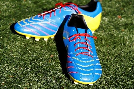 Soccer shoes featuring the sensor detect contact area of the ball. © Teijin