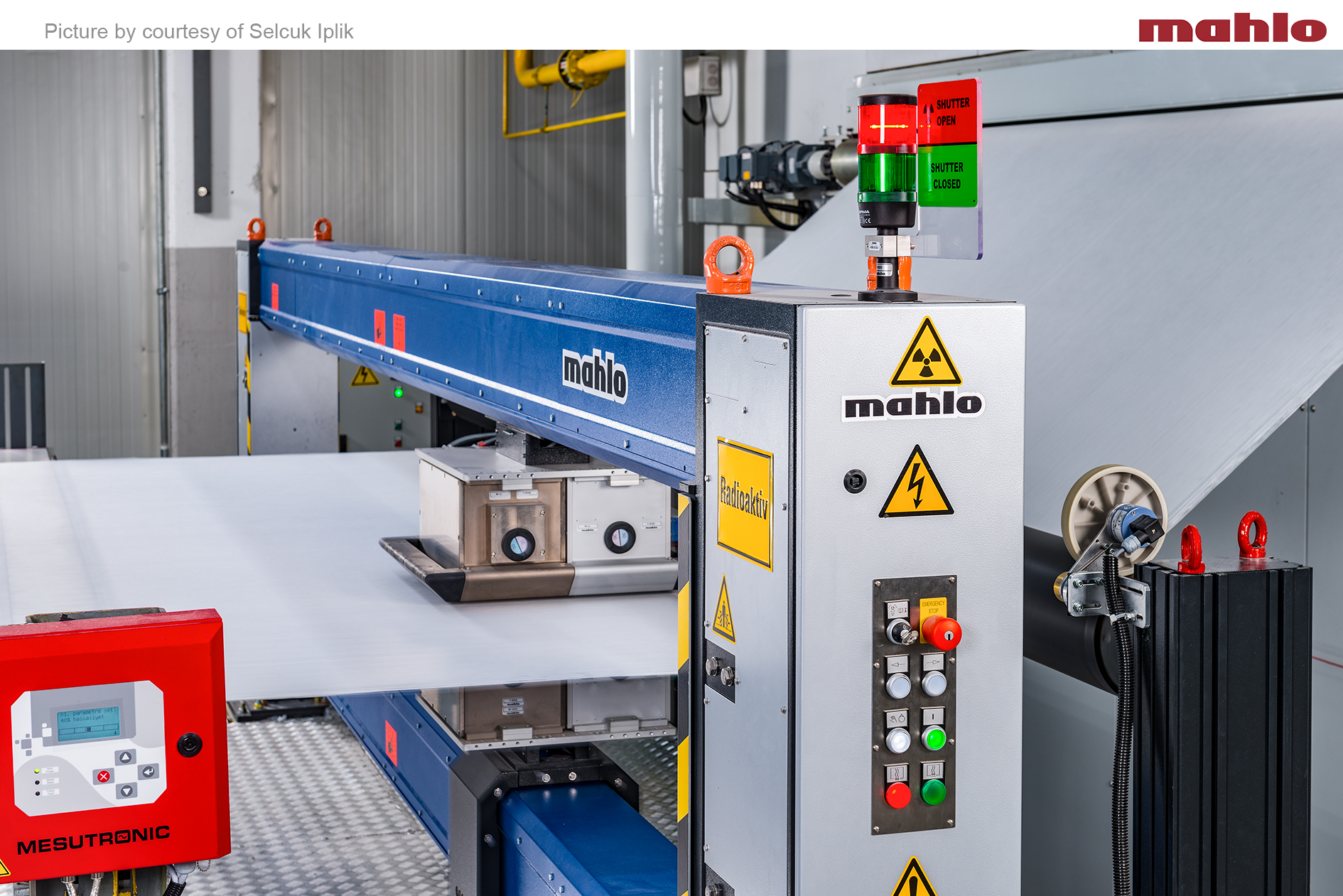 A Qualiscan QMS with a measuring frame Webpro M measures basis weight with a beta-sensor and moisture with an infrared sensor for spunlace fleece. Mahlo GmbH + Co. KG.