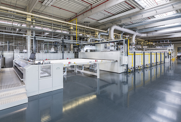 The new six-chamber Montex unit is combined with a washing machine to guarantee the purity of the substrates.