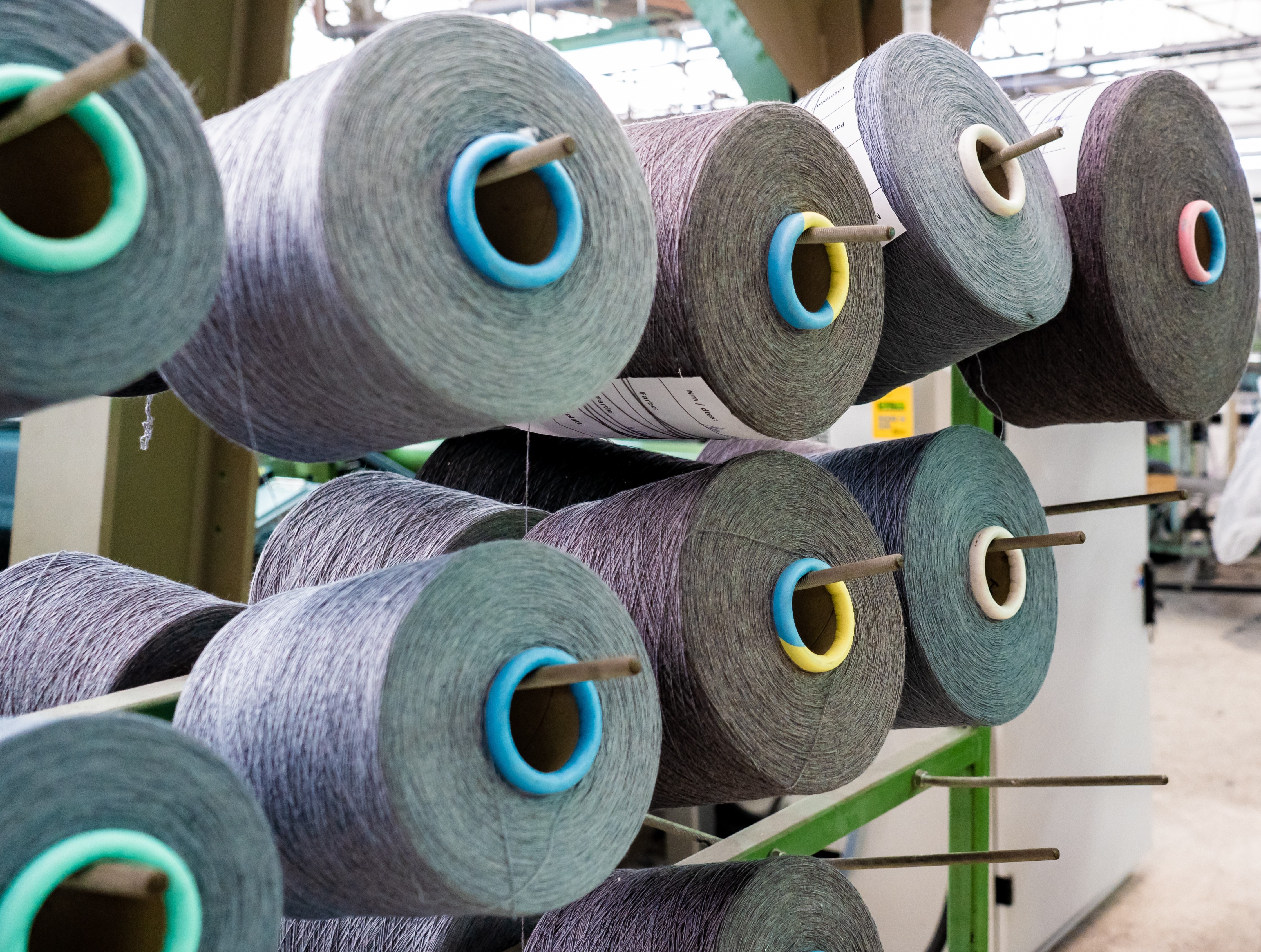 The mechanical recycling process enables the re-use of blended fibres from old clothes, in form of high-quality yarns. © imat-uve.