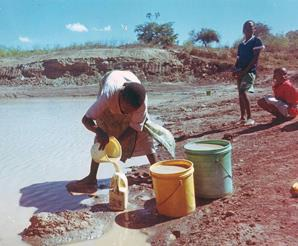 Poor quality water is a daily struggle for many South Africans. © Gelvenor Textiles