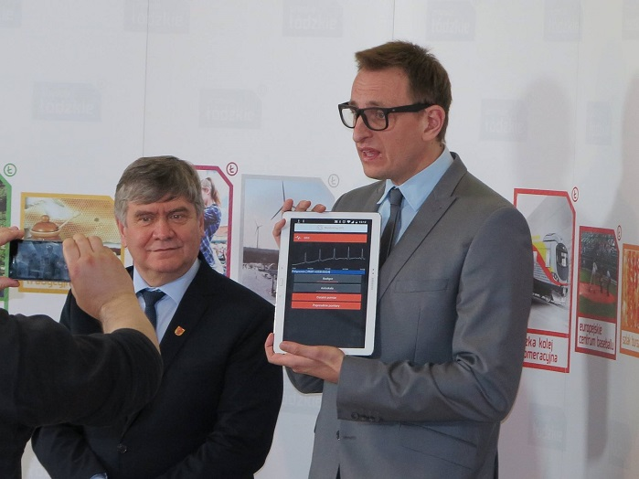 Bogumil Zieba, the company's managing director (right), with a tablet. © Inovatica sp. z o.o.