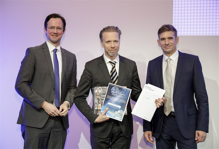 Coloreel receives the Texprocess Innovation Award. © Coloreel