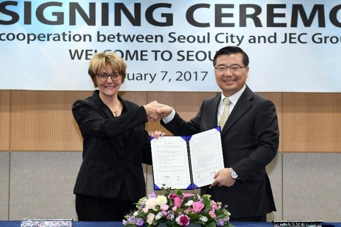 JEC Group President and CEO Frederique Mutel and Gyoung-Gee Liu, Vice-Mayor of Seoul, sign a memorandum of understanding in February 2017. © JEC Group
