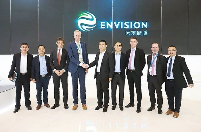 Envision CEO, Zhang Lei, and LM Wind Power CEO, Marc de Jong, shake hands to mark the announcement of the 71.8 meter blade to be developed for Envision, at China Windpower 2017 in Beijing. © LM Wind Power