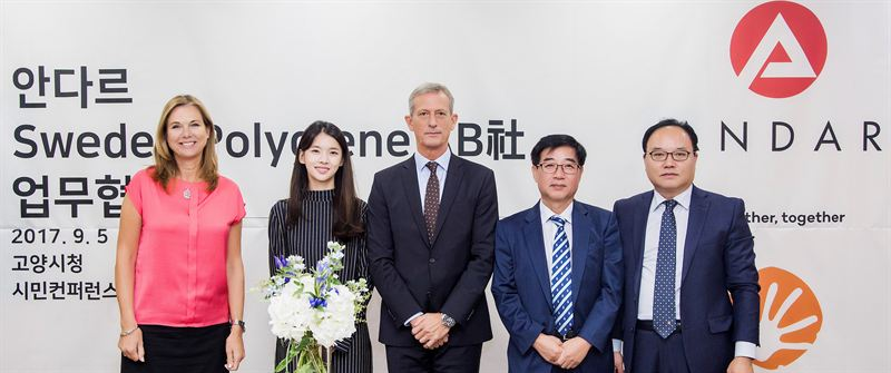 The ceremony in Goyang City Hall in Korea, when sealing the contract between Andar and Polygiene. The key participants are: Anne Höglund/ Swedish Abassador, Ae Ryun Shin/CEO Andar, Peter Sjösten/Polygiene VP, Sung Choi/ Mayor of Goyang City. © Polygiene