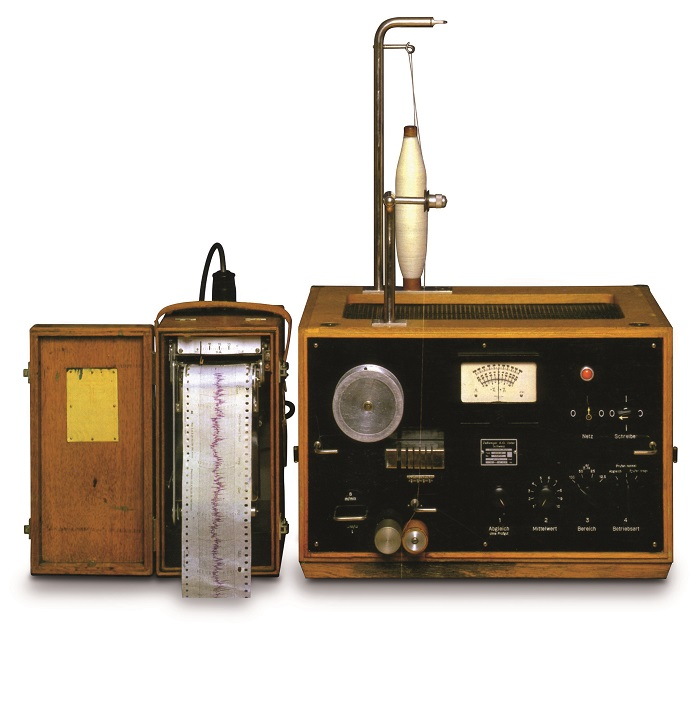 The first evenness tester was based on a radio field, with a sender and a receiver. © Uster