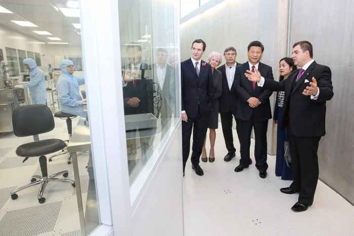 China's President Xi Jinping visiting the National Graphene Institute at the University of Manchester in October 2015. © Versarien