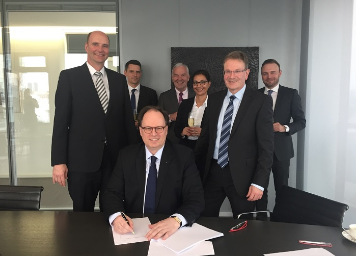 Georg Stausberg, CEO of Oerlikon Manmade Fibers Segment, Rolf Gänz, Managing Director of AC-Automation, and Ralf Schilken, CFO of Oerlikon Manmade Fibers Segment (from left, first row). © Oerlikon