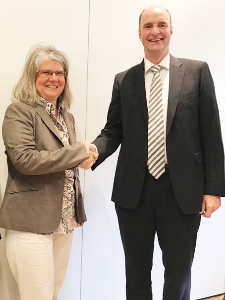 Angelika Huemer, Managing Partner of Starlinger & Co, and Georg Stausberg, CEO of the Oerlikon Manmade Fibers Segment. © Oerlikon