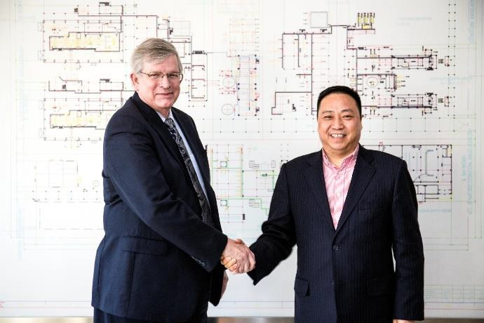 Mike Pickens, president of INVISTA Performance Technologies (left) and Mr Xu, president at Tongkun Group shake hands at the ceremony. © Invista