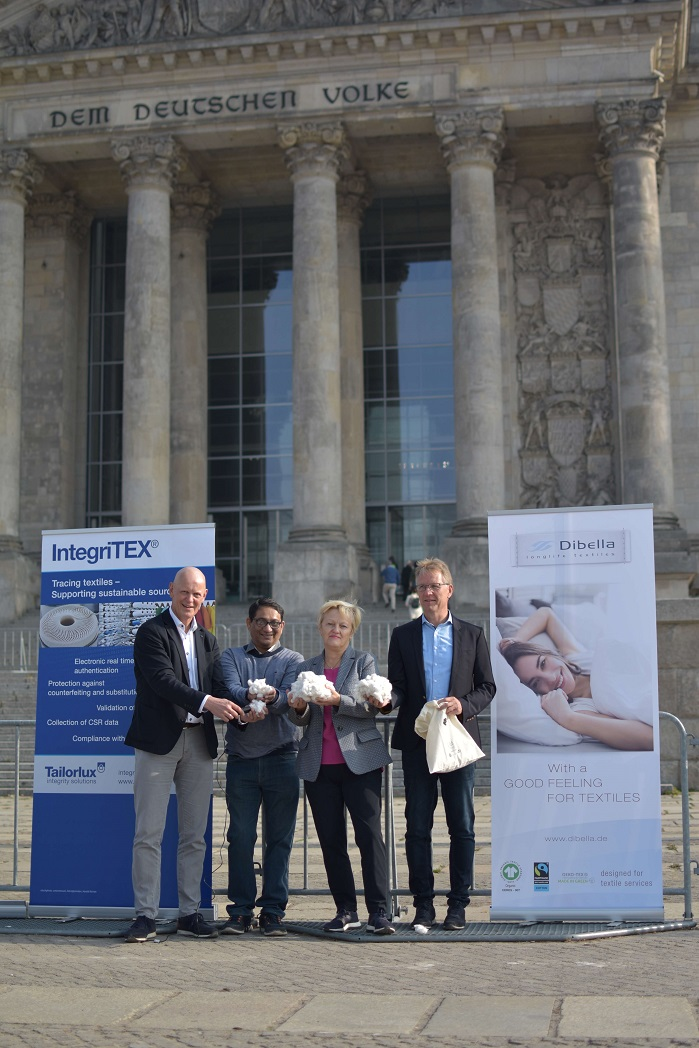 From left to right: Alex Deitermann (CEO Tailorlux GmbH), Arun Ambatipudi (President Chetna Organics), Renate Künast (MdB) and Ralf Hellmann (Managing Director Dibella Group) seal the endorsement for the innovative project for marking organic cotton. © Tailorlux